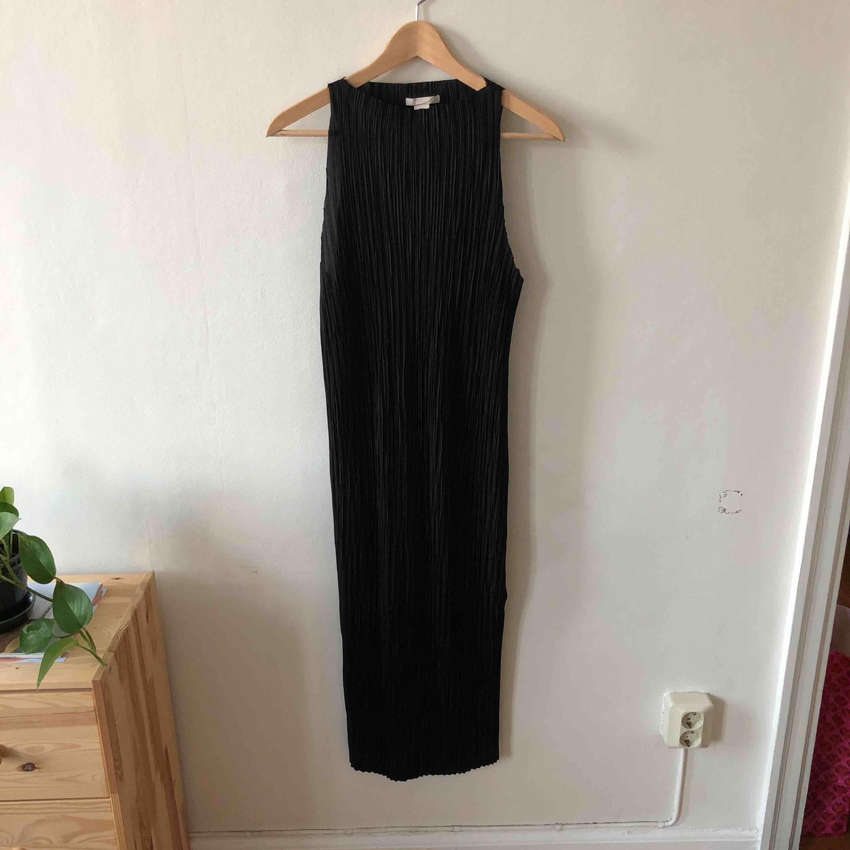 Plisserad klänning från hm med slits nertill. Den går ner till vaden på mig som är 173cm. Klänningar.