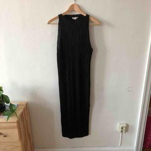 Plisserad klänning från hm med slits nertill. Den går ner till vaden på mig som är 173cm