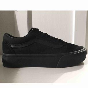 Vans platform sneakers helsvarta oanvända