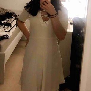 Vit klänning med snörning. Köparen står för frakten :)