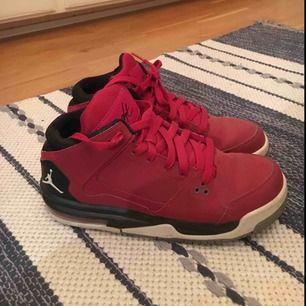 Nike Jordan flight sneakers. Köpta secondhand, aldrig självt använt dem. Står 39 men passar 38 också! Köparen står för frakt alt mötas upp i Göteborg