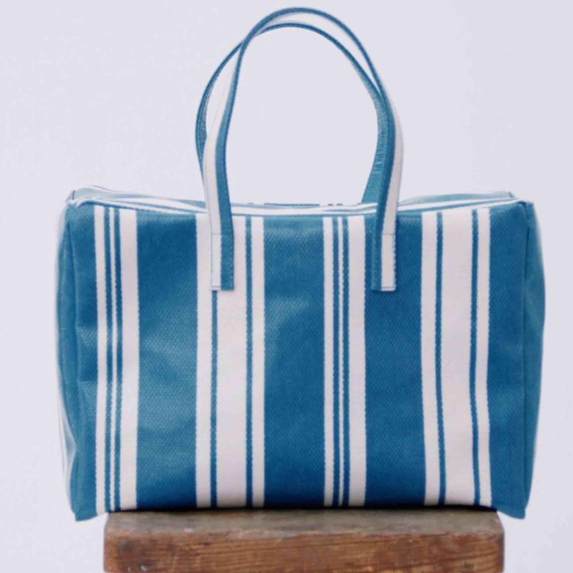Söker denna väska från Mango! Gärna blå men även de andra färgerna är intressant. . Väskor.