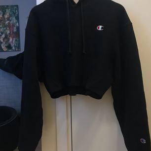 Cropped Champion Reverse Weave Logo Patch Hoodie Sweatshirt.  Strl S Ord pris: 699  Finns i Sundbyberg. Kan skickas, köparen betalar frakt  Tröjan är inte klippt själv utan den säljs så på urban outfitters. Finns ej i Sverige.