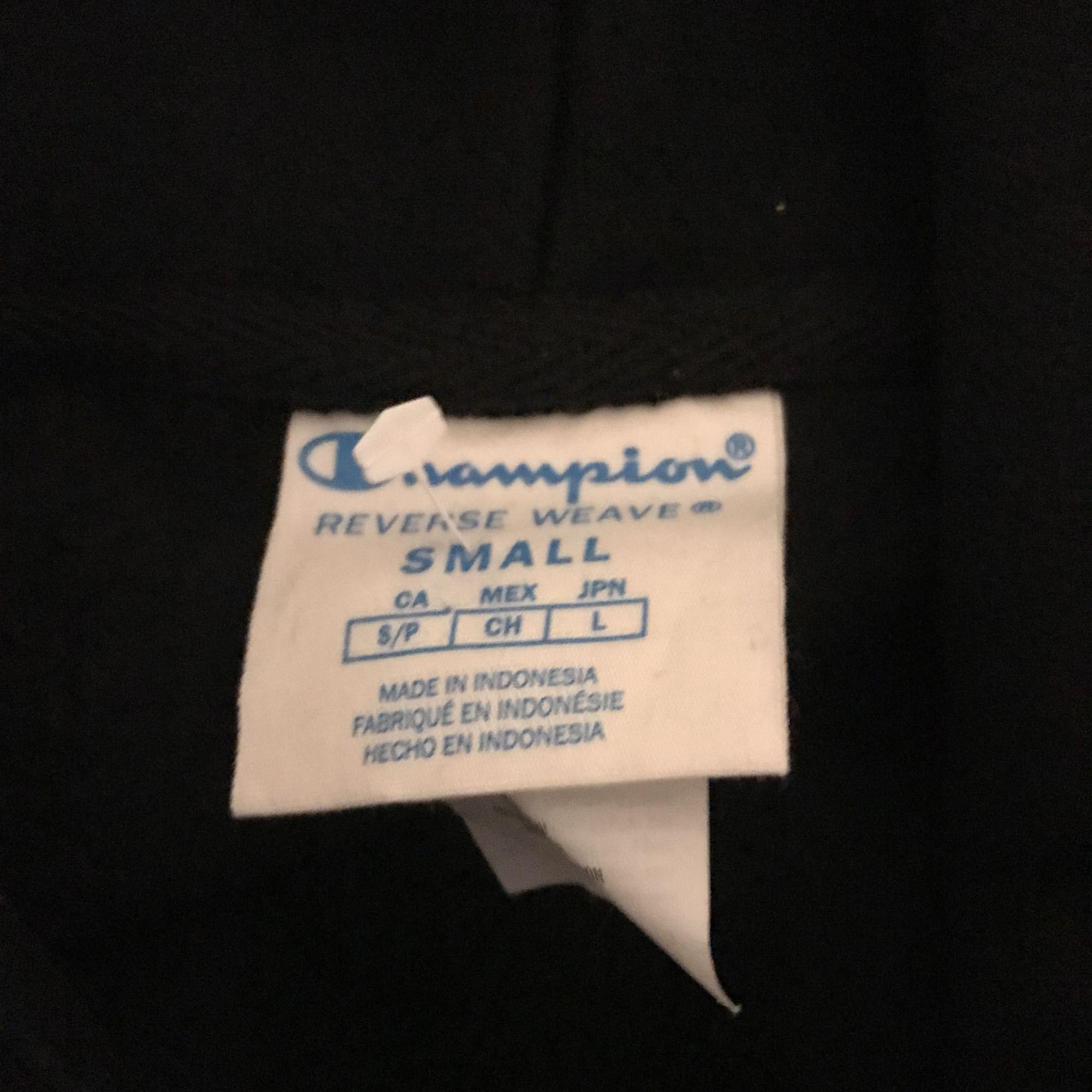 Cropped Champion Reverse Weave Logo Patch Hoodie Sweatshirt.  Strl S Ord pris: 699  Finns i Sundbyberg. Kan skickas, köparen betalar frakt  Tröjan är inte klippt själv utan den säljs så på urban outfitters. Finns ej i Sverige.. Huvtröjor & Träningströjor.