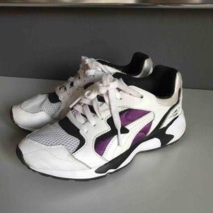 Puma sneakers sparsamt använda i storlek 37