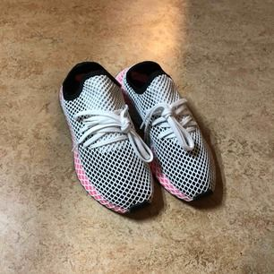 Oanvända Adidas Deerupt Runner Shoes. Känns som 38:or, jag har vanligtvis 39-40 men dom här är alldeles för små.