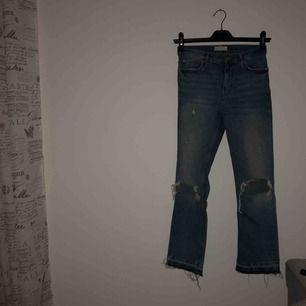 Ljusblå Jeans ifrån Zara, lite kortare modell, knappt använda