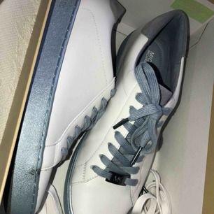 Michael Kors skor, köpta i somras i NK och har endast använt de 2-3 ggr. Jätte bra skick, nästan som nya. Om man inte vill ha de blåa snörena så finns det även vita.
