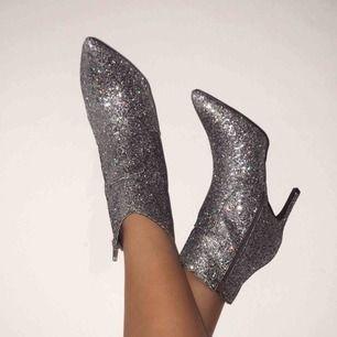 JÄTTEfina glitter skor från Gina tricot. Aldrig använda men hur snygga som helst! Inköpspris 599 kr, GRATIS FRAKT