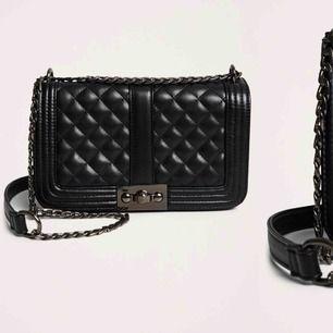Väska från Gina Tricot, säljer den då jag har bytt stil. Köpte den i somras och den är i väldigt fint skick. Möts upp i Stockholm, priset går att diskuteras