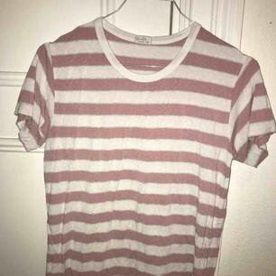 Fin rosa randig t-shirt från Brandy Melville som tyvärr inte används. Den är One Size men passar XS-M, materialet är väldigt stretchigt.