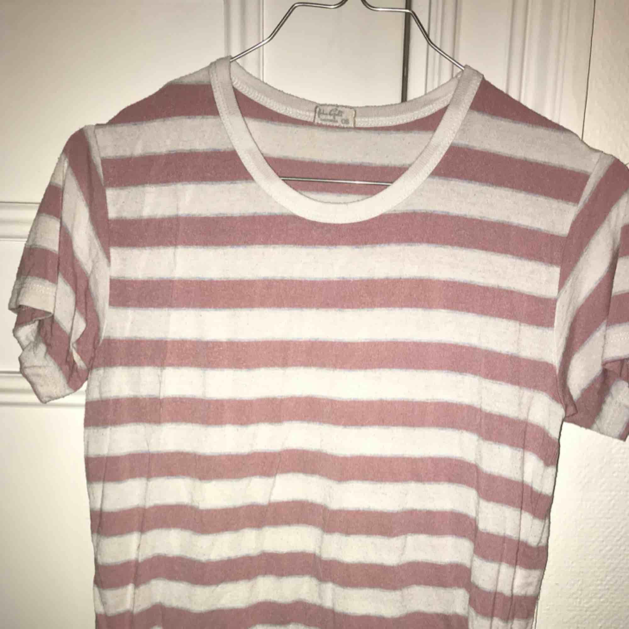 Fin rosa randig t-shirt från Brandy Melville som tyvärr inte används. Den är One Size men passar XS-M, materialet är väldigt stretchigt.. T-shirts.