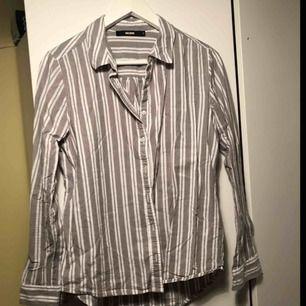 Ljusgrå och vitrandiga bomullsskjorta från BikBok. Inga defekter. Bra i passform, sällan använd. Nypris 249kr. Fri frakt!