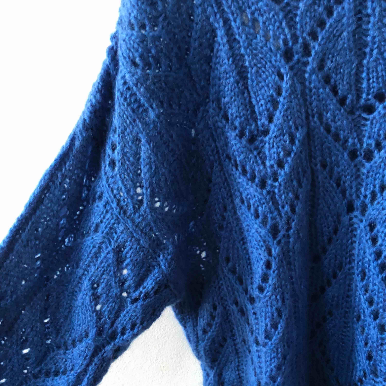 Finaste blå färgen på stickad från Monki. I prima skick, använd bara ett fåtal gånger. Stickat.