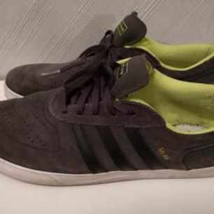 Adidas skor i storlek 46 2/3 Verkar inte säljas i Sverige längre, orginalpris 799kr Bra skick bara använda några enstaka gånger ute Finns dock inga sulor