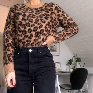 Sååå fin och mjuk leopard tröja från H&M. Använd typ 4 gånger, men tror någon annan kommer få bättre användning av den <3 köparen står för frakt 🐆