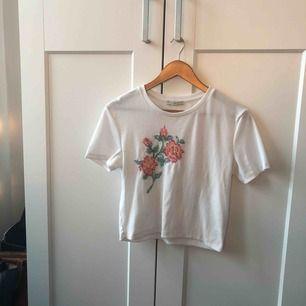 Crop top från Zara med blom-tryck. Eftersom den är i L passar den som en vanligt t-shirt på mig som vanligtvis är M!