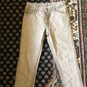Grå vintage, typ bootcut-jeans från Cheap Monday köpta här på Plick, säljer pga inte de inte hade den passform jag ville ha. Köparen betalar frakten. 🌻