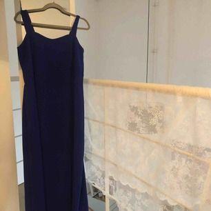 Mörkblå 90 tals second hand långklänning med kort slits på vänster sida , använd 1 gång pga att den är för stor😪 frakt ingår!💕
