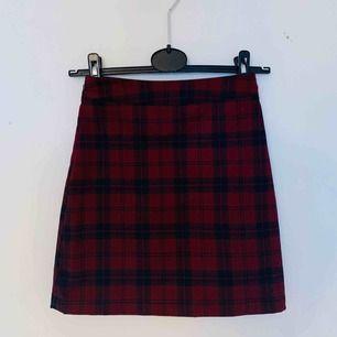 Rutig kjol från Pull&Bear. Använd ett fåtal gånger! Köparen står för frakten.
