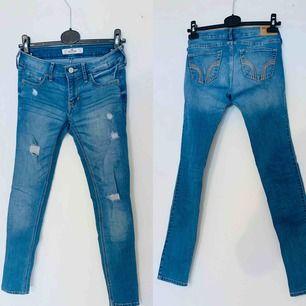 Hollister jeans med slitningar. Köparen står för frakten :)
