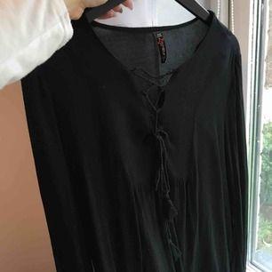 Långärmad tröja med knytning i fram. 50kr +frakt, betalning via swish 💕