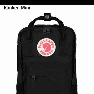 En svart fjällräven ryggsäck mini, säljer 450kr inkl frakt. Den är i bra skick men använder aldrig den! Nypris: 800kr