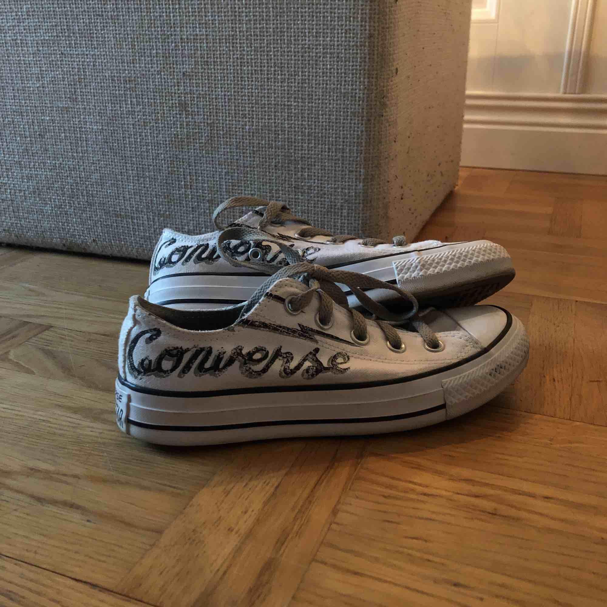 Converse chuck taylors, väldigt sällsynta, har inte sett någon annanstans. Storlek 35, andvända endast 1 gång, i jättebra skick!. Skor.