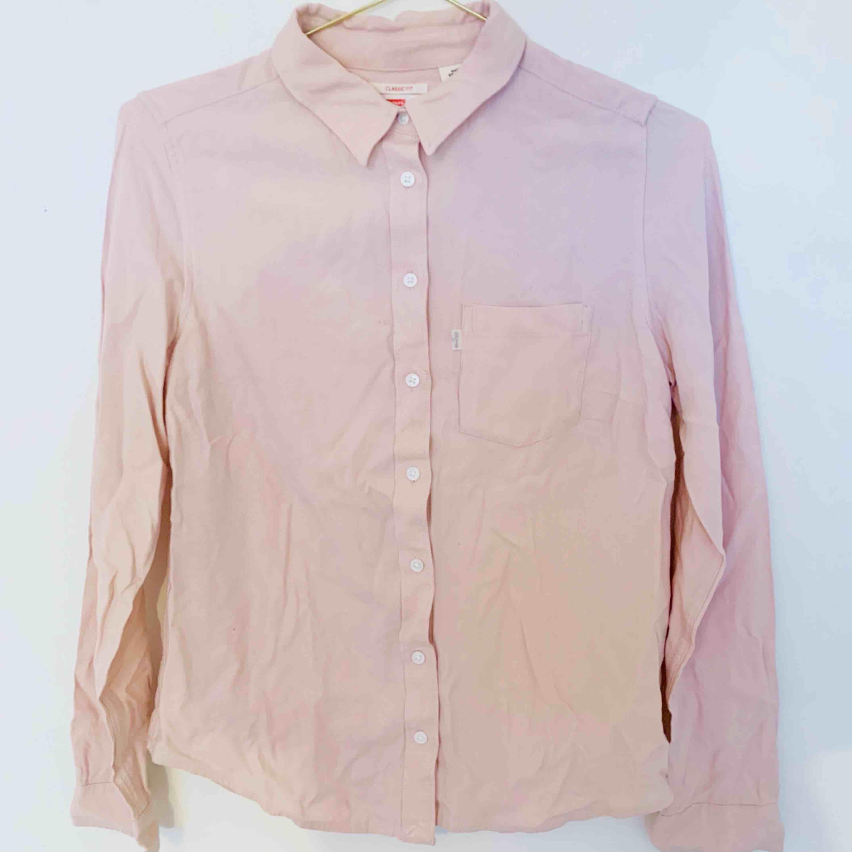 (Obs! Behöver styrkas haha) Levis skjorta! Använd ett fåtal gånger. Liten fläck i back som troligtvis går bort i tvätten! . Skjortor.