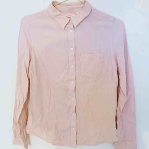 (Obs! Behöver styrkas haha) Levis skjorta! Använd ett fåtal gånger. Liten 0666f48012397
