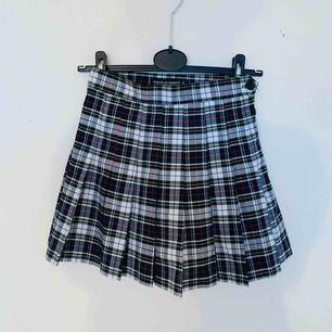 Rutig kjol från American Apparel. I fint skick! Köparen står för frakten :)