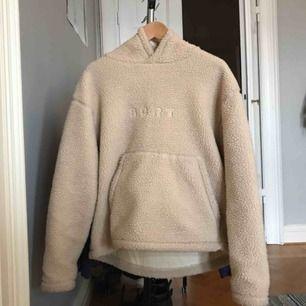 SUPERMYSIG tjockare tröja med luva från SCRT. I superfint skick och slutsåld på hemsidan (scrt.onl). Sitter oversize på mig som är 163 (andra bilden). Kan användas som tjocktröja eller jacka. Tar bud!