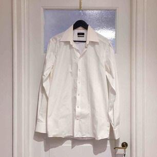 Eton skjorta i Contemporary Fit. Använd ett par gånger, väldigt bra skick. Vit med svaga vita ränder som ger en lyxig känsla (se bild). Pärlknappar i vitt.  Har Swish, kan skickas mot frakt. Djurfritt & Rökfritt hem.