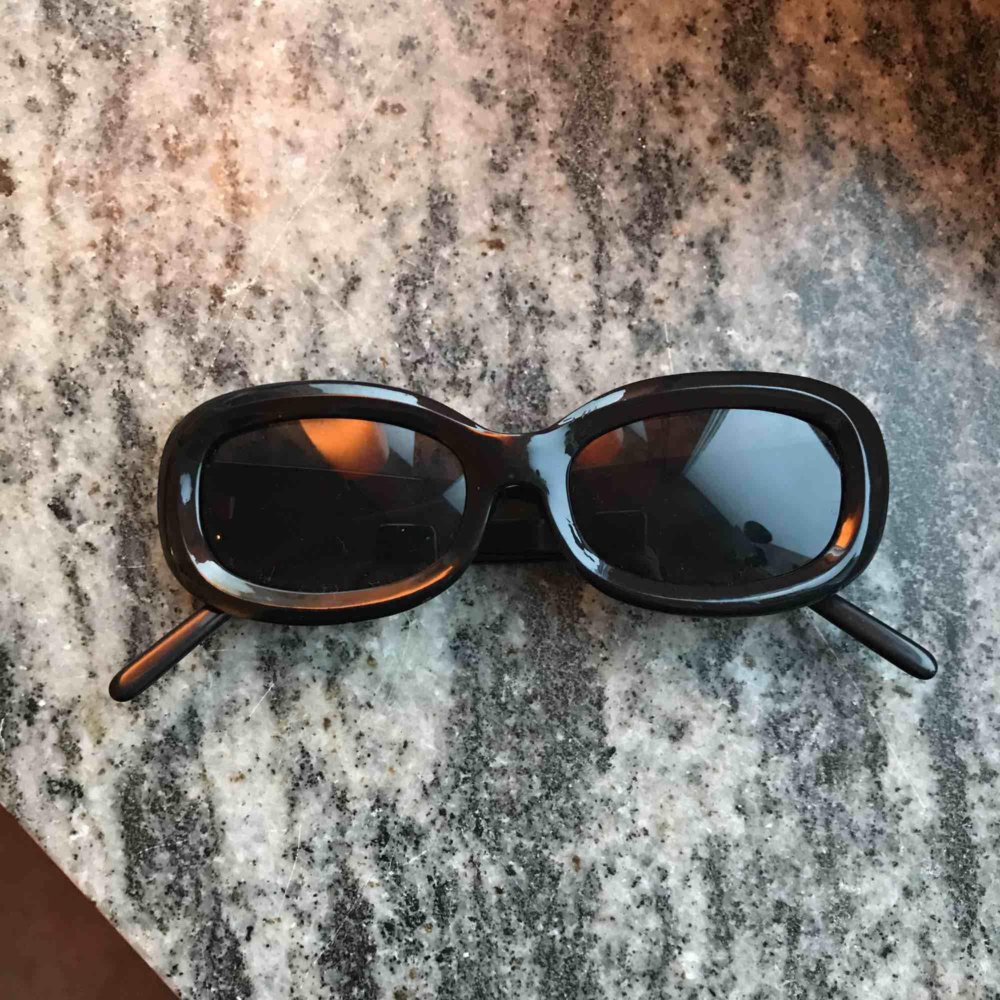 Svarta solglasögon . Accessoarer.