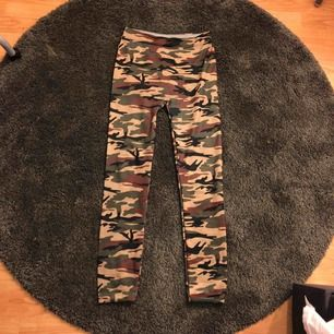 Jätte fina kamouflage byxor, super stretchiga där med skrev jag one size!