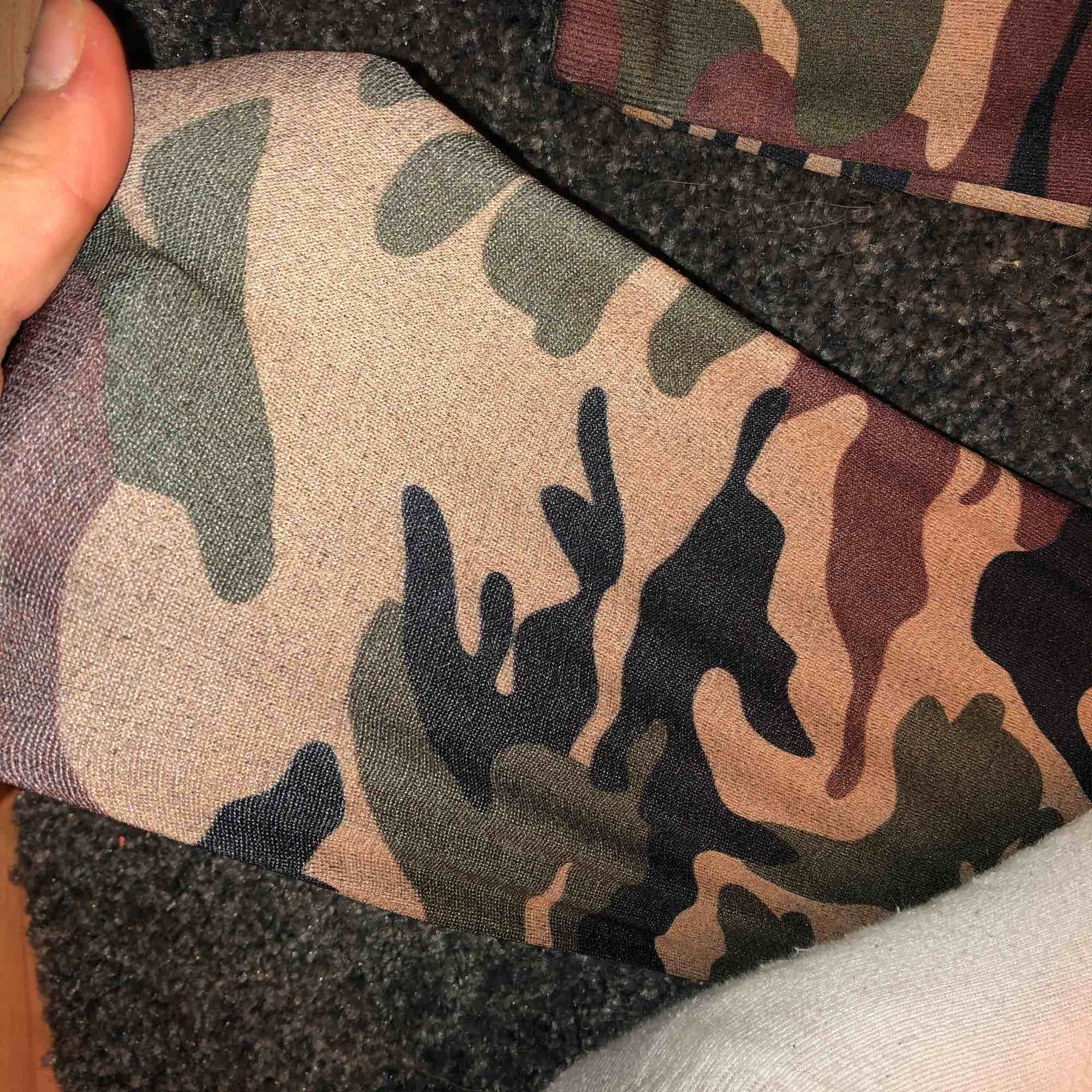 Jätte fina kamouflage byxor, super stretchiga där med skrev jag one size! . Jeans & Byxor.