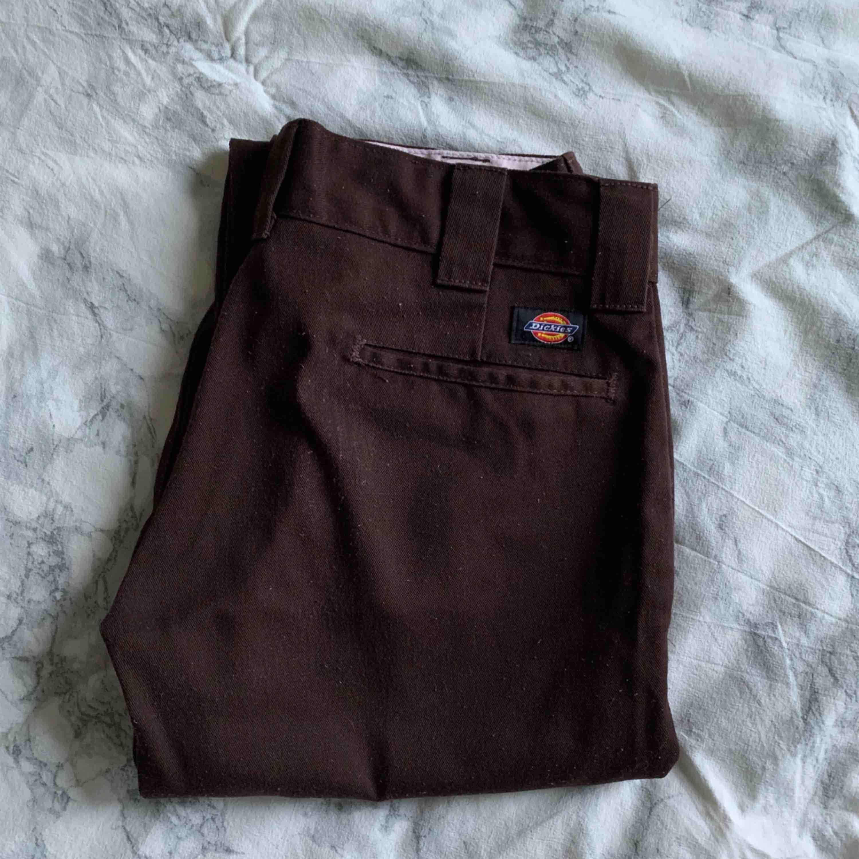Dickies slim straight fit, storlek 30/30. lite noppriga annars bra skick inga hål. pris kan diskuteras :). Jeans & Byxor.