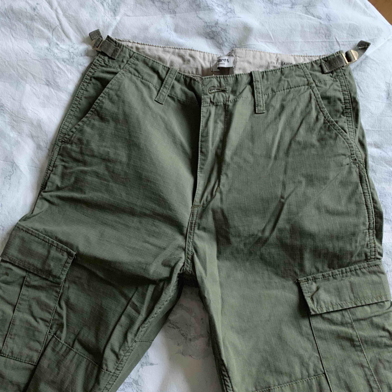 Carhartt WIP cargo byxor. knappt använda, väldigt bra skick och sitter jättebra på. Jeans & Byxor.