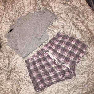 Säljer ett pyjamas set (är inte köpt som ett set men passar väldigt bra ihop), som nytt. Passar S-M, 80kr + 40kr frakt via swish.