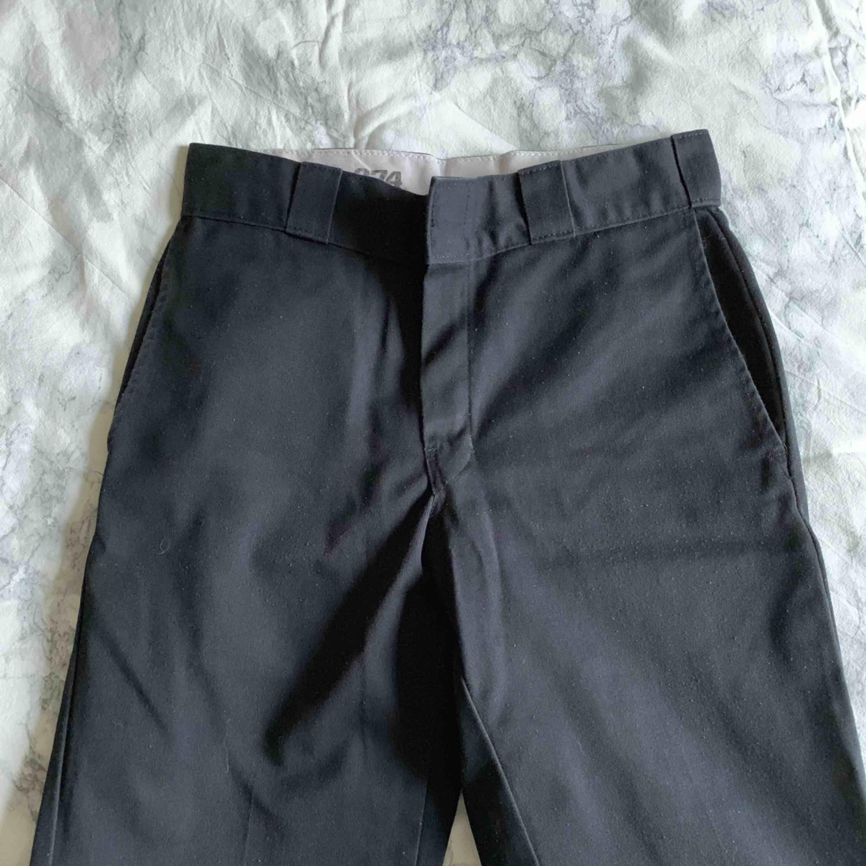 svarta Dickies i original fit, storlek 29/30. bra skick förutom att de har blivit lite noppriga. pris kan diskuteras! kolla min profil för mer kläder. Jeans & Byxor.