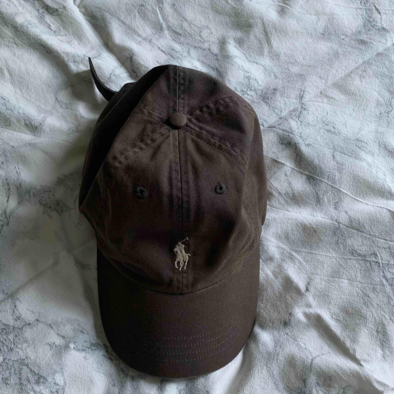 Polo Ralph Lauren brun keps, lite missfärgad. köparen står för frakt. kolla profilen för mer kläder. Accessoarer.