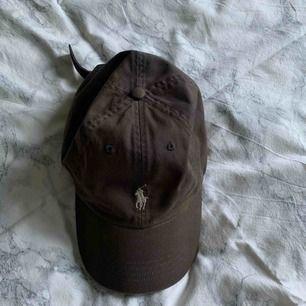 Polo Ralph Lauren brun keps, lite missfärgad. köparen står för frakt. kolla profilen för mer kläder