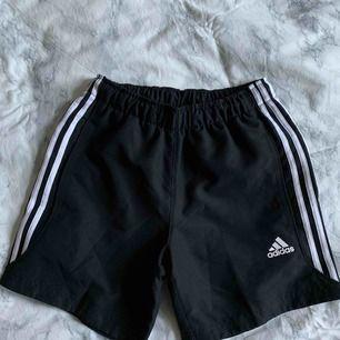 Adidas svarta shorts, knappt använda bra skick! Kolla min profil för mer kläder :)