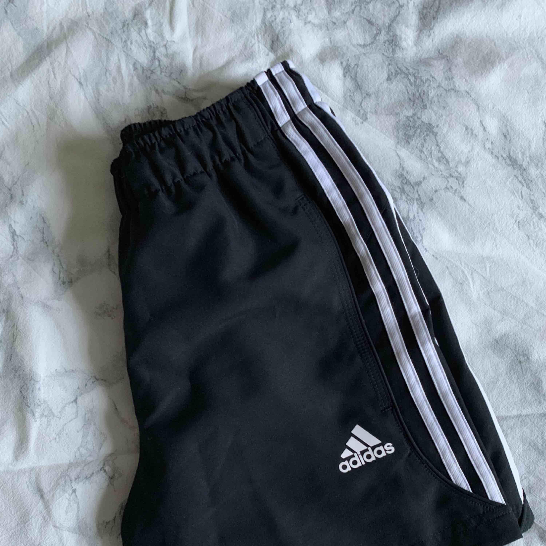 Adidas svarta shorts, knappt använda bra skick! Kolla min profil för mer kläder :). Shorts.