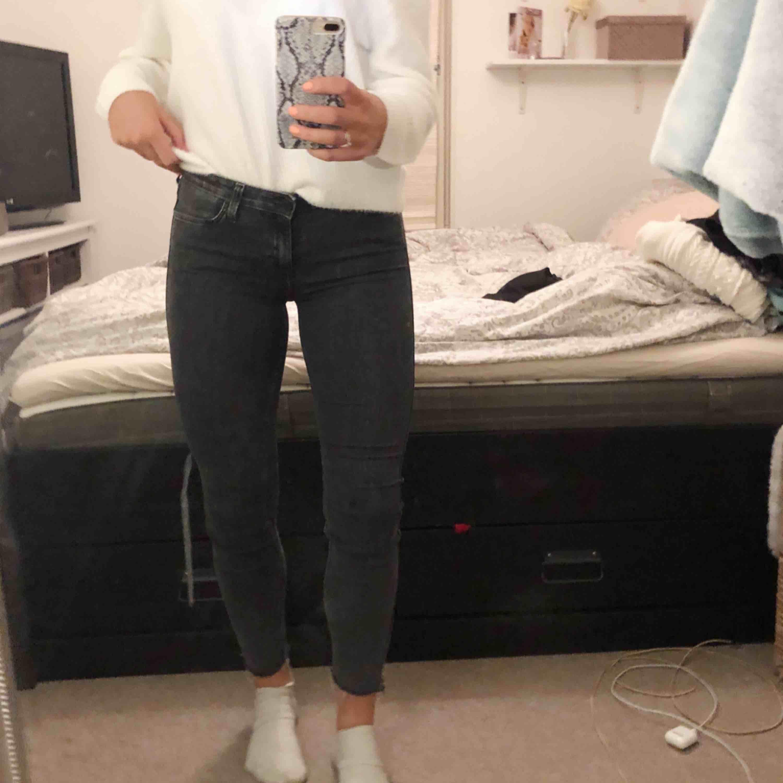 Supersnygga gråa jeans från Lee, storlek 29. Ber om ursäkt för dåliga bilder men jeansen är i fint skick. Har klippt av dom så vet ej längden men jag är 175cm och på mig sitter dom bra! 100kr + 40kr frakt.. Jeans & Byxor.