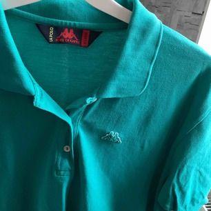 Kappa polo tröja. den är märkt som xxl men den sitter som en M/L enligt mig. väldigt fin färg!! säljer mer kläder kolla profilen