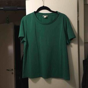 Grön t-shirt från Monki. Fint, mjukt material. Skickas mot frakt.