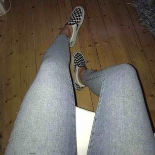 Snyggaste jeansen från Bikbok🔥 slitningar vid foten och perfekt ljus jeans färg! Säljes pga jag tycker de blir för korta på mig, men de är så fina verkligen! I nyskick. Fler bilder kan skickas vid intresse. Nypris:599:-