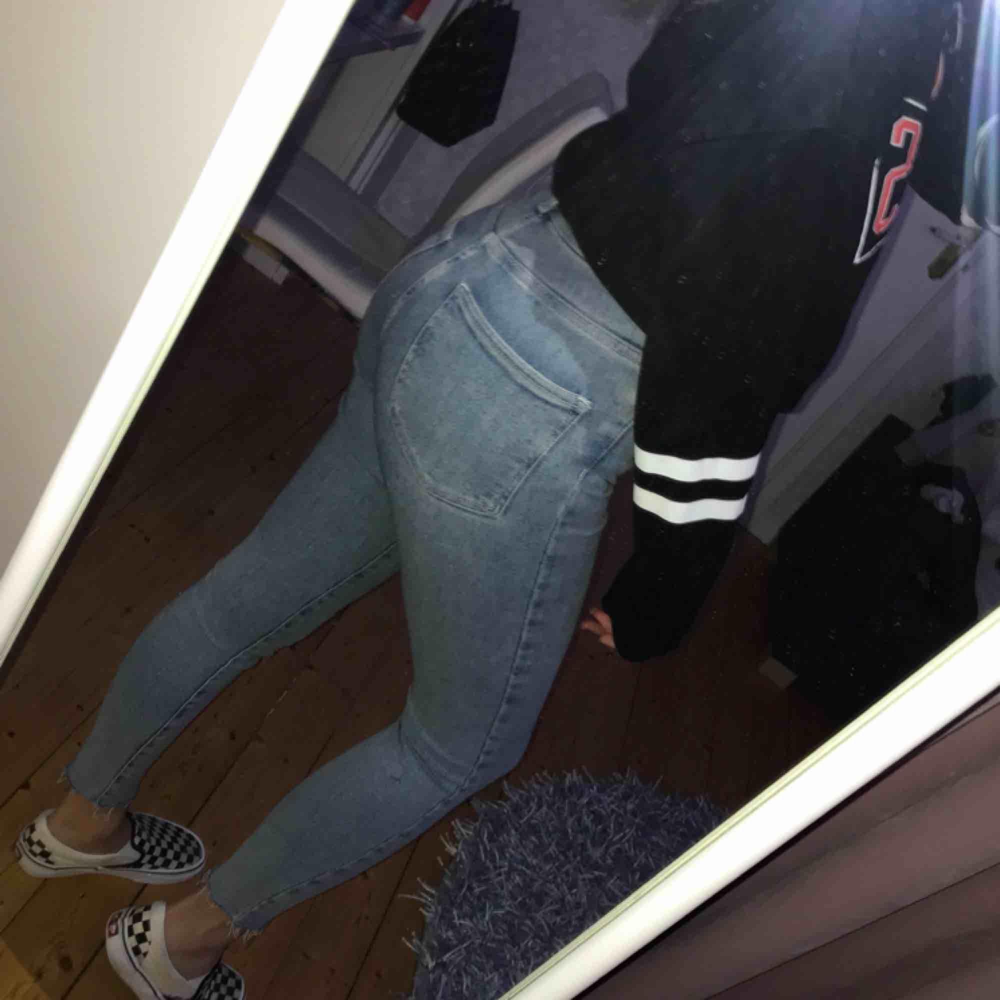 Snyggaste jeansen från Bikbok🔥 slitningar vid foten och perfekt ljus jeans färg! Säljes pga jag tycker de blir för korta på mig, men de är så fina verkligen! I nyskick. Fler bilder kan skickas vid intresse. Nypris:599:-. Jeans & Byxor.