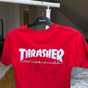 Thrasher & HUF röd t-shirt. knappt använd. thrasher trycket sitter på ryggen. den har inte breda axlar den hänger bara dåligt på galgen. pris kan diskuteras